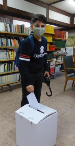 Ein Schüler der Jgst. 8 an der Wahlurne